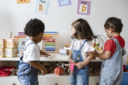 Bambini piccoli che giocano con giocattoli educativi