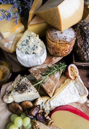 Feinkostladen mit vielen Käsesorten