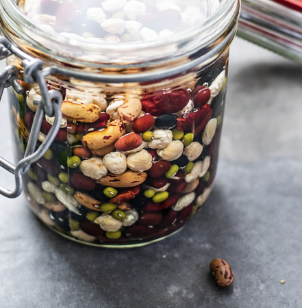 Mixed legumes in jar soaking in fresh water Stockfoto