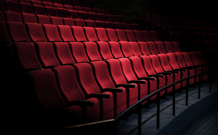 Rows of red seats in a theater Imagens