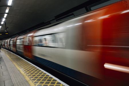 Treno della metropolitana in rapido movimento Archivio Fotografico