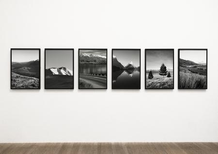 Sammlung szenischer Kunstwerke an einer Wand Standard-Bild