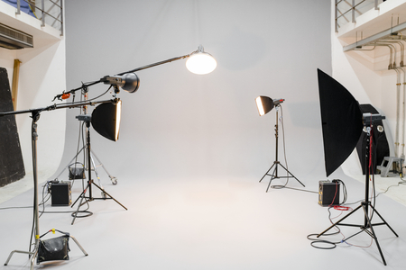 Studio vuoto con illuminazione fotografica Archivio Fotografico