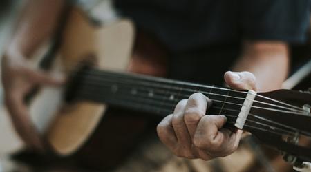 Homme supérieur jouant sur sa guitare Banque d'images