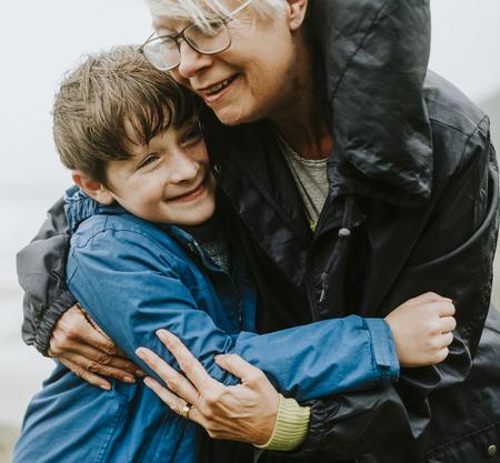 Nonna felice che abbraccia suo nipote