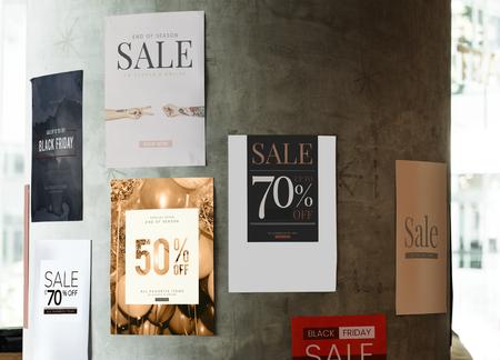 Diferentes carteles de venta en una pared. Foto de archivo