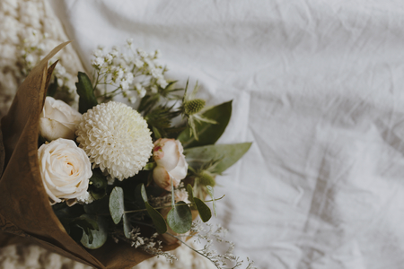 A bouquet of white dahlia and roses Archivio Fotografico - 115933285