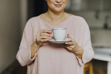 Femme heureuse appréciant une tasse de thé chaud pour le petit déjeuner Banque d'images