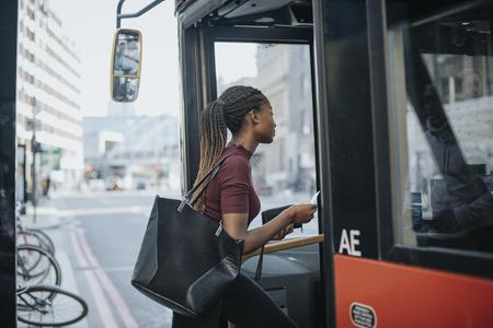 Kobieta wsiadająca do autobusu Zdjęcie Seryjne