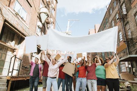Manifestanti colorati che marciano per una città