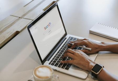 Mujer buscando en un sitio web