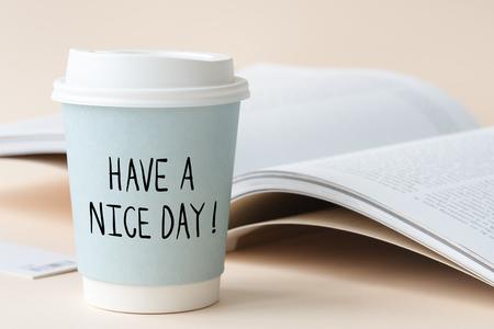 Heb een mooie dag zin geschreven op een papieren beker