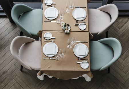 Leerer Esstisch in einem Restaurant