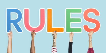 Letras de colores que forman las reglas de la palabra