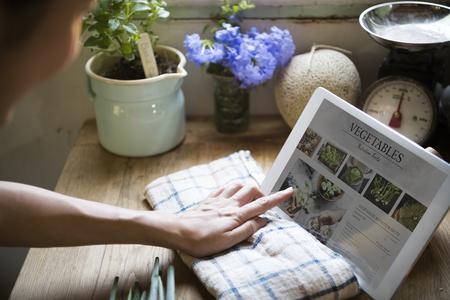 Vrouw leest plantaardige voedingsfeiten van een scherm
