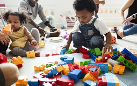 Diversi bambini si divertono a giocare con i giocattoli
