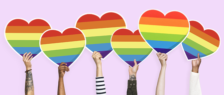 Hands holding a lgbt rainbow heart graphic Banque d'images - 117116896