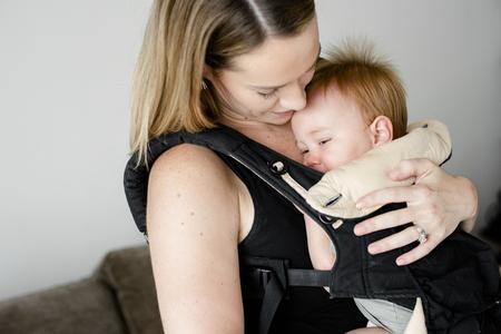 Mamma con il suo bambino nel marsupio Archivio Fotografico
