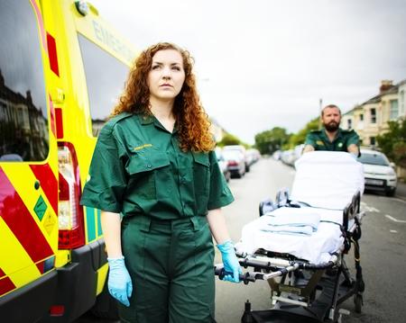 Paramédicos rodando la camilla de la ambulancia