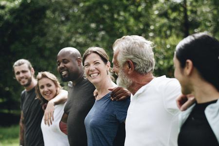 Gelukkige diverse mensen samen in het park Stockfoto