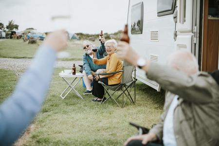 Happy seniors raising their glasses Banque d'images