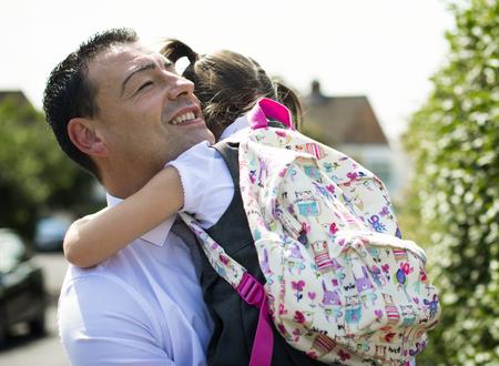 Père accueillant sa fille à la maison de l'école