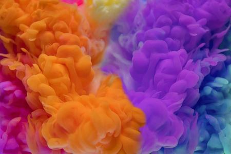 Abstrakte Farben fallen ins Wasser