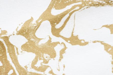 Witte en gouden vloeibare kunst marmering verf getextureerde achtergrond