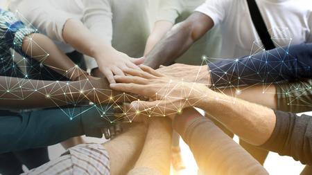 Equipo diverso uniendo sus manos