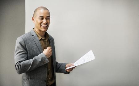 Geschäftsmann präsentiert sein Projekt in einem Meeting Standard-Bild