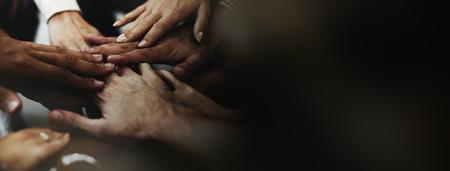 Geschäftsleute, die ihre Hände stapeln Standard-Bild
