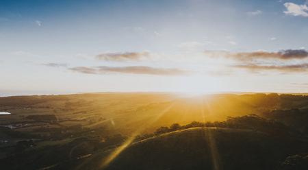 Zon komt op boven de berg Stockfoto