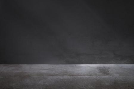 Muro grigio scuro con pavimento in cemento
