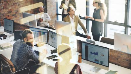 Koledzy z pracy rozmawiają ze sobą w biurze
