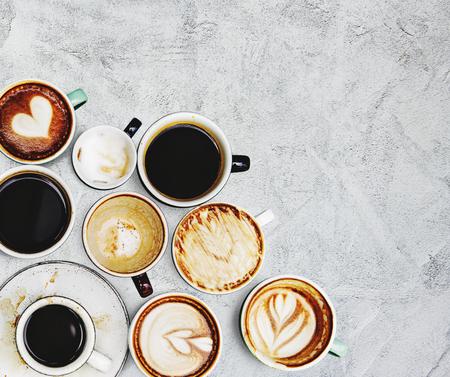 Tazze da caffè assortite su uno sfondo strutturato