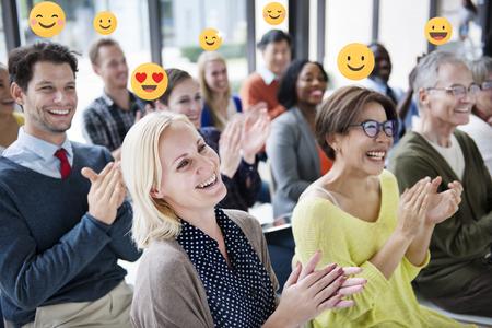 Gelukkige zakenmensen applaudisseren in een vergaderruimte Stockfoto