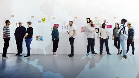 Różnorodni ludzie uczestniczący w prezentacjach projektów