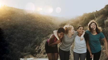 Amigos caminando por las colinas de Los Ángeles