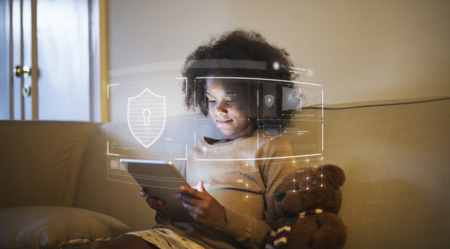 Junges afrikanisches Kind mit digitalem Tablet Standard-Bild