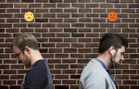 Men facing away from each other Foto de archivo - 119994495
