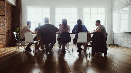 Kollegen, die ein zwangloses Meeting in ihrem Büro haben Standard-Bild