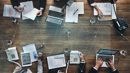 Gente de negocios en una reunión del mercado de valores