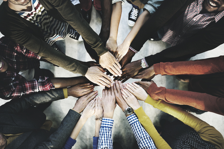 Luchtfoto van diverse mensen die handen in het midden stapelen