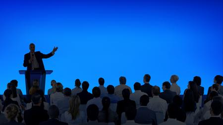 大勢の聴衆にプレゼンテーションを行う企業のビジネスマン