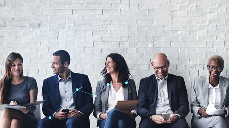 Gente de negocios alegre que tiene una conversación