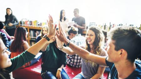 Różnorodni uczniowie przybijają piątkę zespołowi