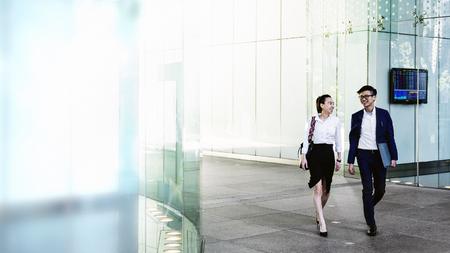 Blije collega's in gesprek tijdens het wandelen Stockfoto