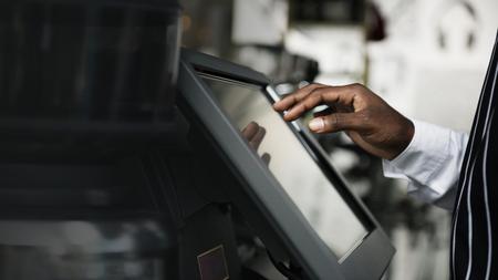 Homme noir travaillant à la caisse