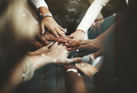 Gente uniendo sus manos en el medio. Foto de archivo