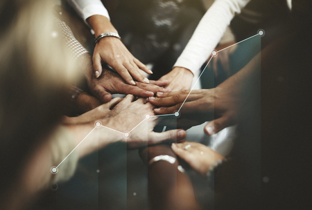 Mensen die de handen ineen slaan in het midden Stockfoto
